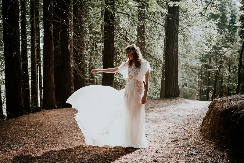 Mujer cuelga su vestido de novia con furioso mensaje