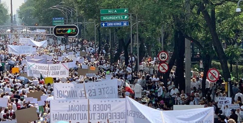 Miles de personas marchan en México contra las políticas de López Obrador
