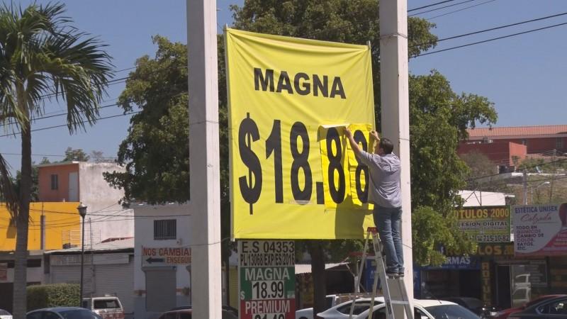 Consumidores comparan precios de combustibles