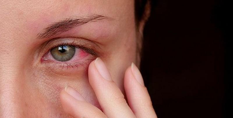 Le opera el ojo equivocado e intenta corregir su error sin anestesia