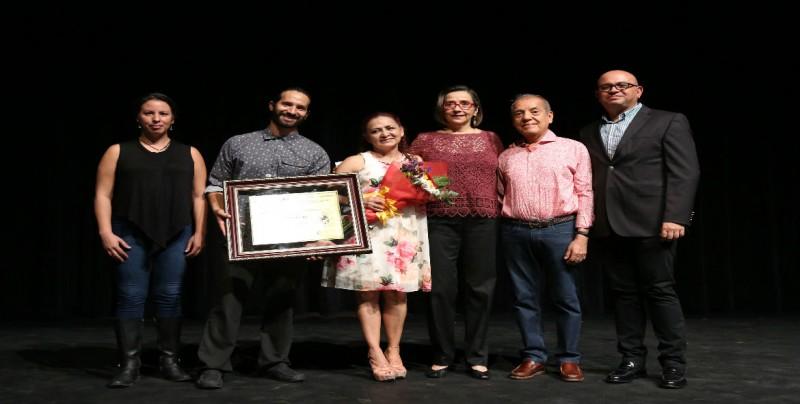 Recibe reconocimiento Laura Rocha
