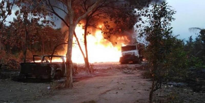 Controlan incendio por explosión de oleoducto de Pemex