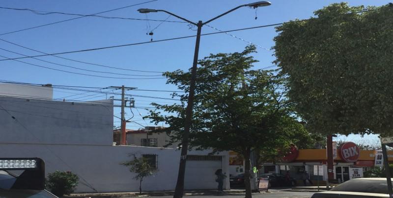 Poste a punto de caerse por Boulevard Villas del Río