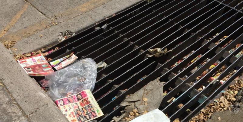 Alcantarilla con basura por la Guadalupe Victoria