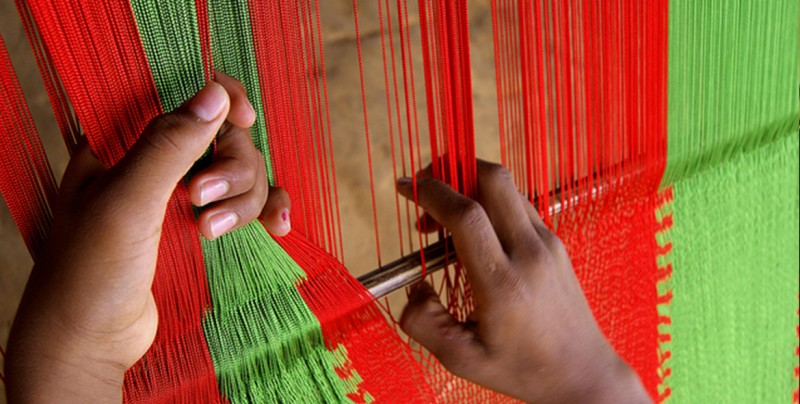 La historia de un joven mexicano que dejó de delinquir para enseñar a tejer