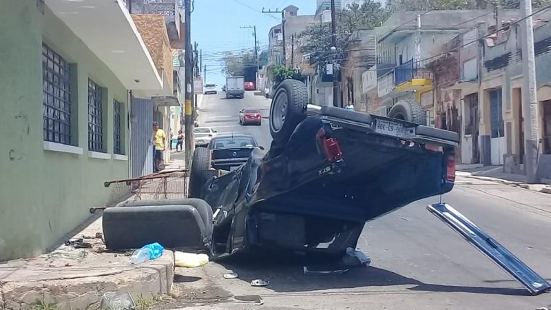 Se vuelca camioneta por choque en calle del centro de la ciudad