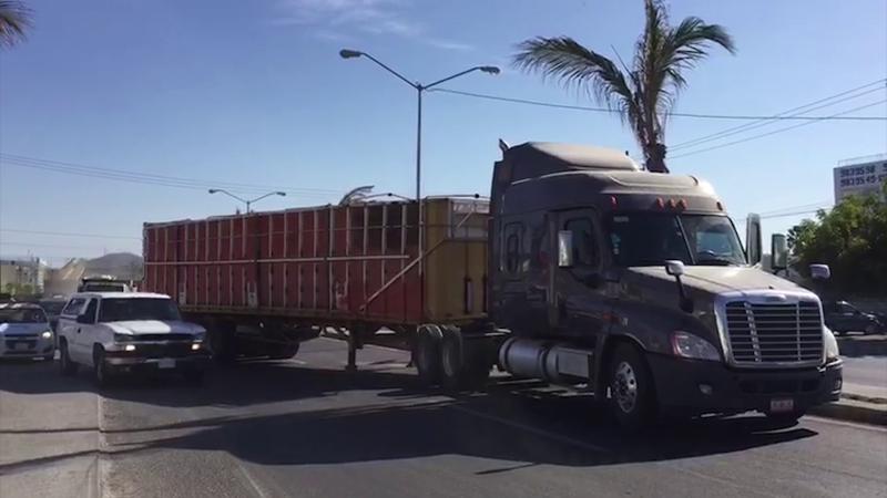 Se desprende caja de trailer y bloquea tramo carretero en Mazatlán