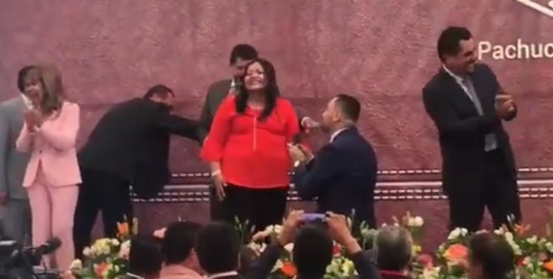 Profesor pide matrimonio a su pareja durante evento del Día del Maestro