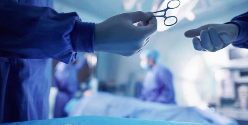 Mujer trans recibe implante de vagina hecho con piel de pescado