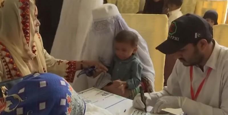 Acusan a médico de infectar con VIH a más de 400 niños en Pakistán