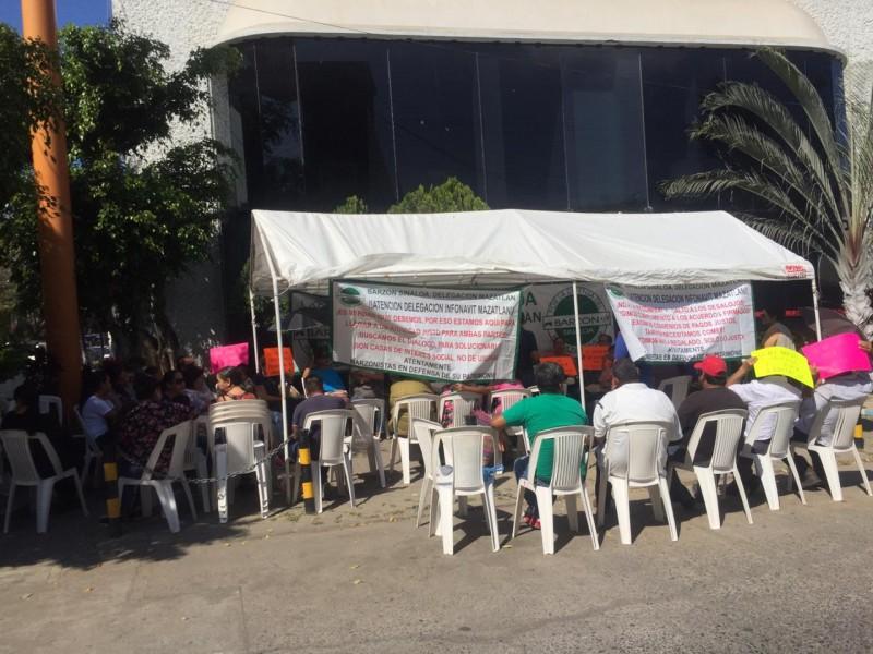 Barzonistas realizan plantón en oficinas de INFONAVIT en Mazatlán