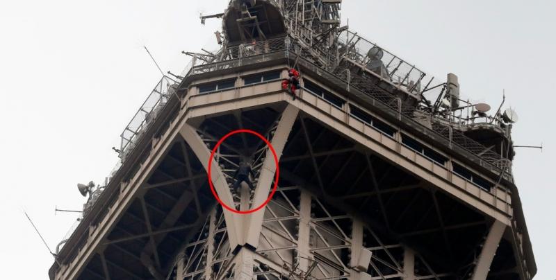Torre Eiffel es evacuada debido a hombre que intentó escalarla