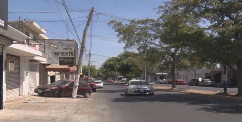 Poste de luz a punto de caerse en la Hidalgo