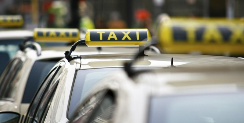 Padres salen del hospital y olvidan a su recién nacido en el taxi