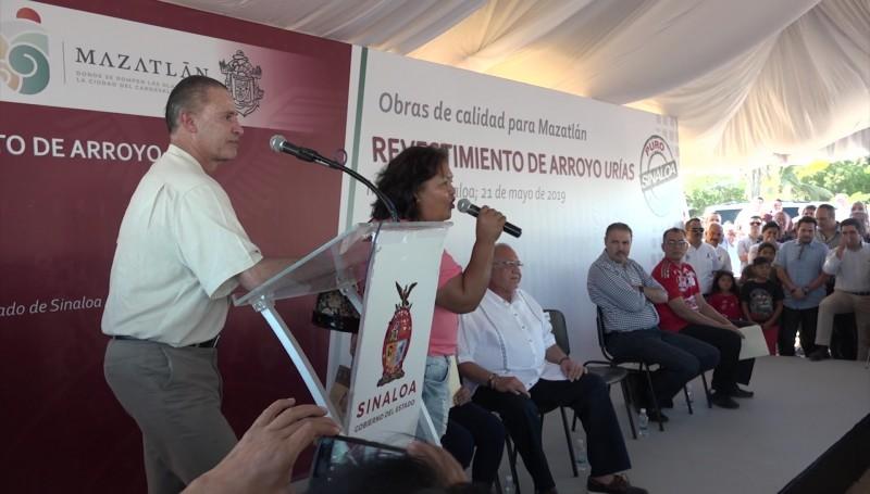 Mujeres abuchean al Alcalde de Mazatlán