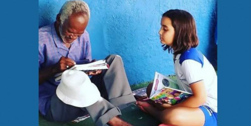 'Es mi maestra': niña enseña a leer a un vendedor de helados