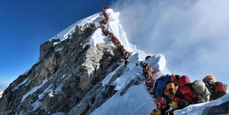 Atasco en el Everest con más de 200 montañeros en la cima sur