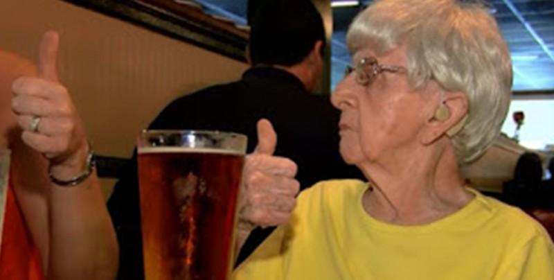 Tiene 102 años y asegura que su secreto para vivir tantos años es beber cerveza