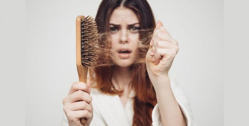 La peligrosa razón por la que se te cae el cabello y no lo sabías