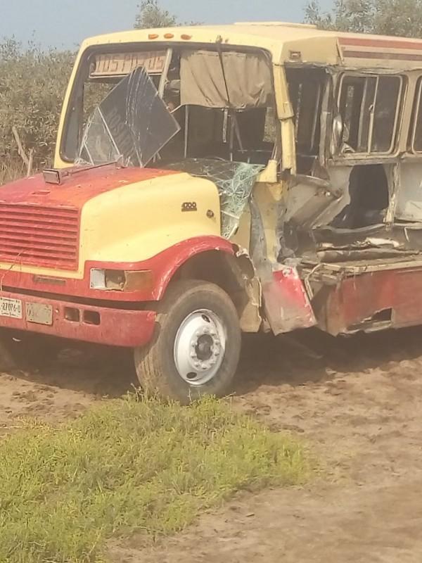 Accidente entre autobús y camioneta deja como saldo varios heridos