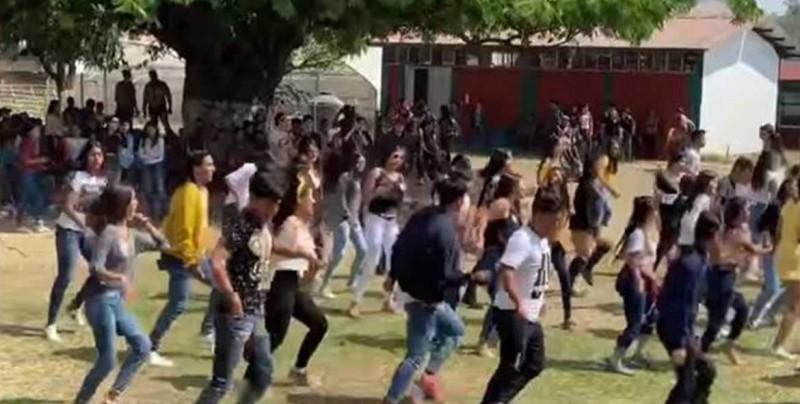 """Adolescentes bailan el """"Payaso del Rodeo"""" al estilo Fortnite"""