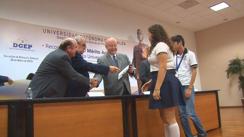 Entregan reconocimiento Rafael Buelna Tenorio a estudiantes de bachillerato