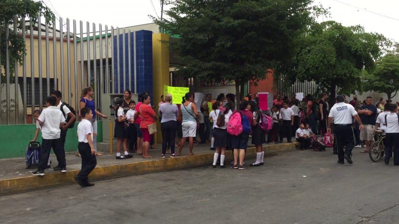 """Toman escuela primaria """"Sixto Osuna"""" de Villa Unión"""