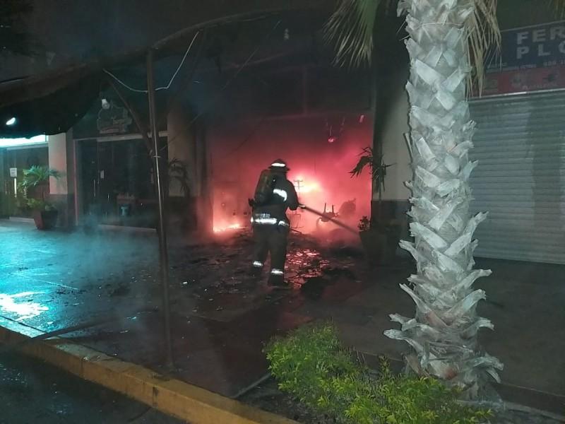 Se incendia taquería en Hacienda del Seminario, también se afectó ferretería