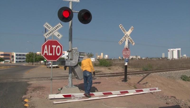 Sin plumas dos cruces ferroviarios en Mazatlán