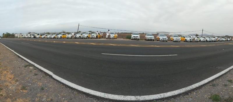 Realizan marcha taxistas de ATAMSA rumbo al aeropuerto