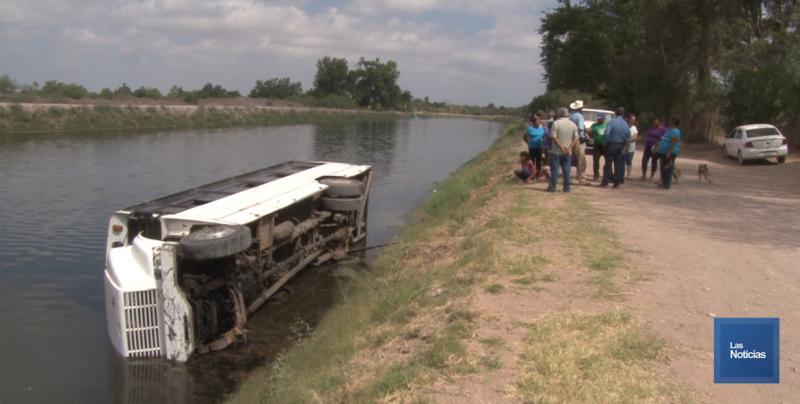 Camión Urbano cayó al Canal Bajo en Obregón