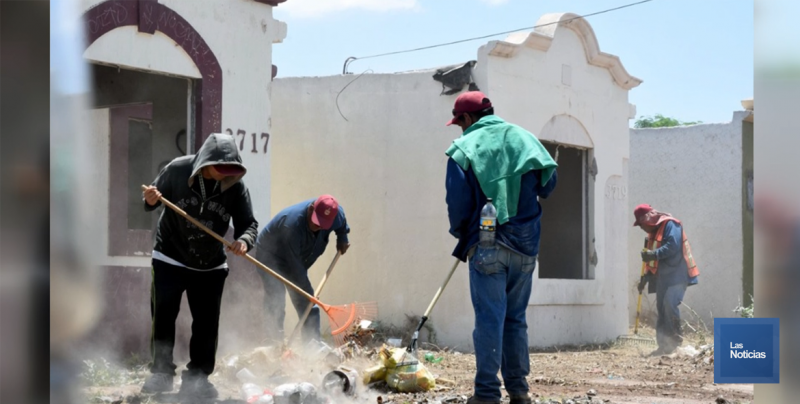Limpian trabajadores municipales viviendas abandonadas en Cajeme