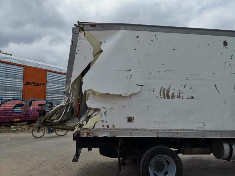 Conductor de camioneta sale ileso de accidente ferroviario