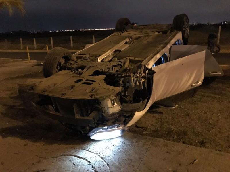 Automóvil choca con palmera y queda volcado sobre el camellón en la avenida La marina
