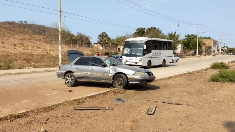 Vehículo se queda sin frenos y se vuelca sobre la Avenida de las Torres