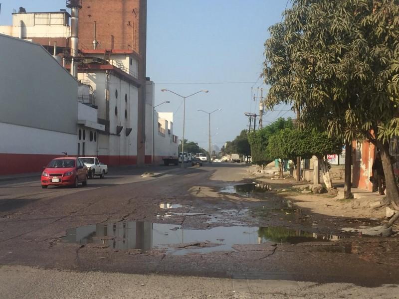 Desesperados vecinos de la Col. Esperanza por fugas de agua