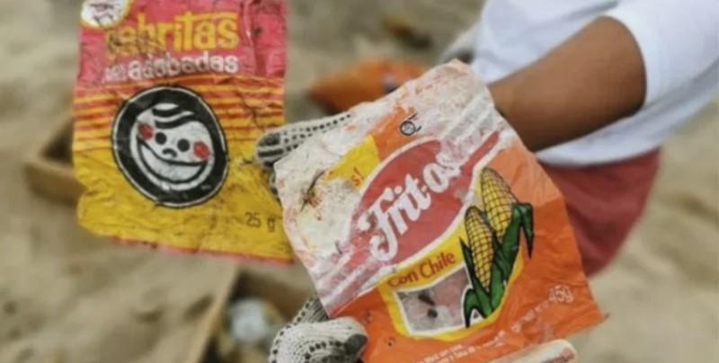 Encuentran envolturas y plásticos de hace décadas en playa de Mazatlán