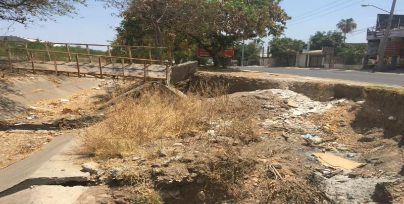 Dañado puente peatonal  que pasa por la calle Aztlán