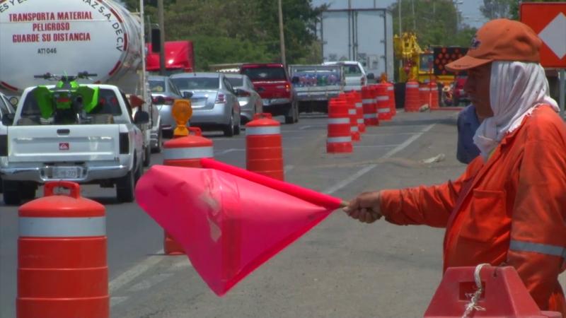 Filas de espera de vehículos se forman en carretera por obra en construcción