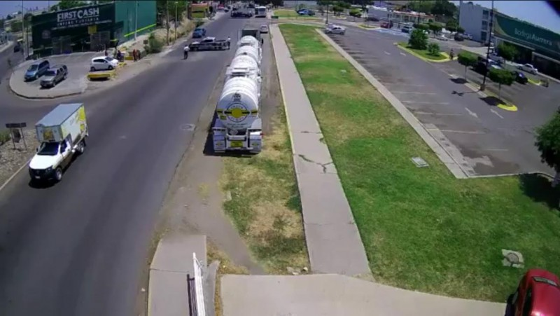 Se vuelca pipa con combustible; evacúan escuelas en el sector Barrancos