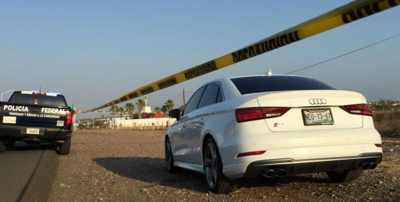 Reportan a una persona sin vida dentro de un automóvil de lujo