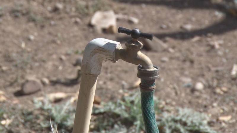 Pasan noches de 'desvelo' en Tecomate de Siqueros por falta de agua