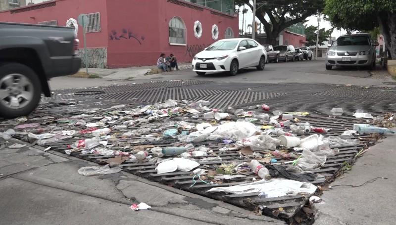 Satura basura ahora las 'rejillas' de calles en Mazatlán