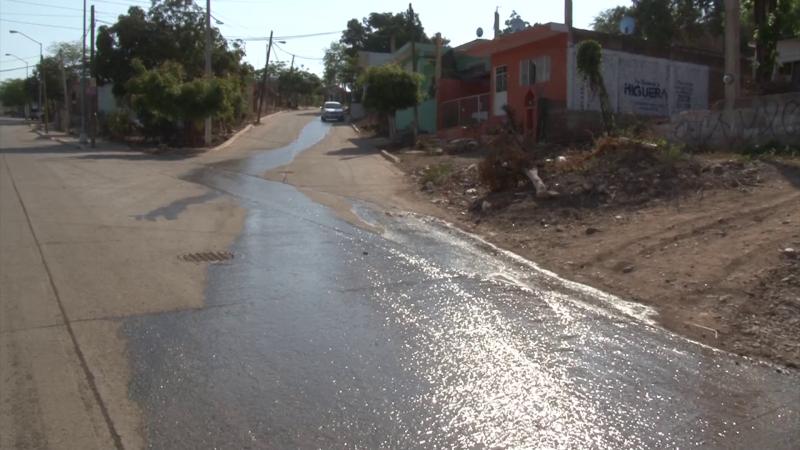 Fuga de agua potable, desagrada a vecinos de colonias que sufren de su desabasto
