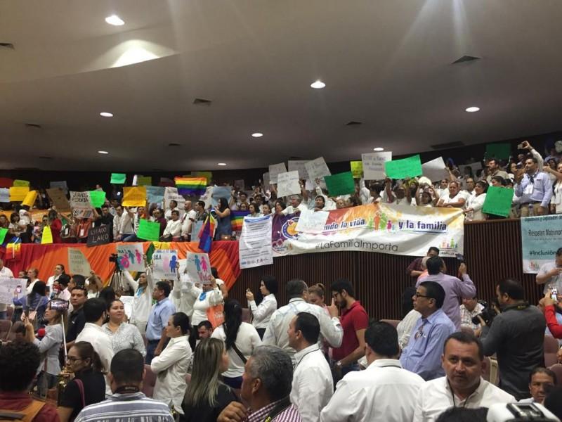 En medio de protestas a favor y en contra se discute la ley de matrimonio igualitario en el Congreso de Sinaloa