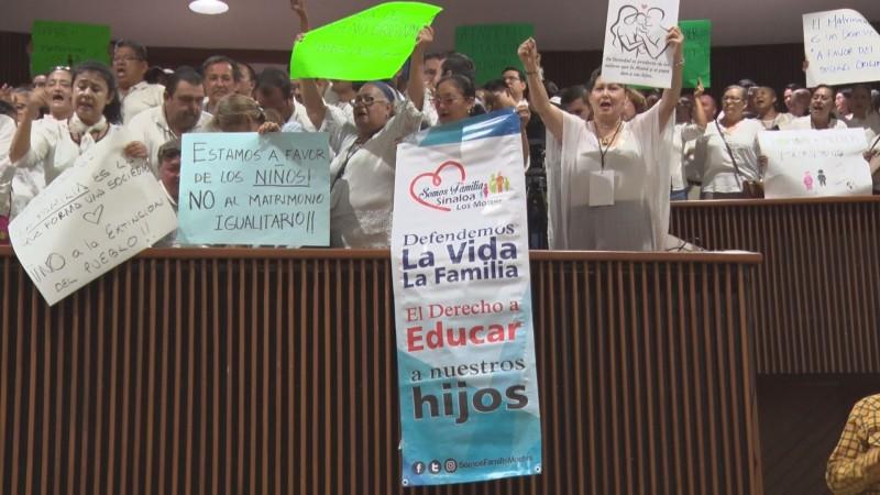 Protestan religiosos y LGBT en el congreso