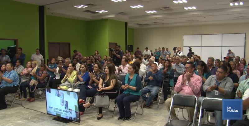 Reconoce Alcalde 44 trabajadores municipales