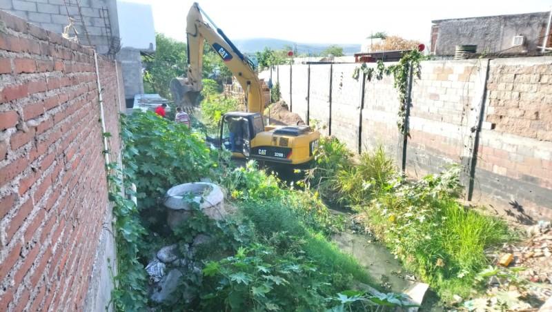 Limpian el arroyo #2 en Constitución Croc