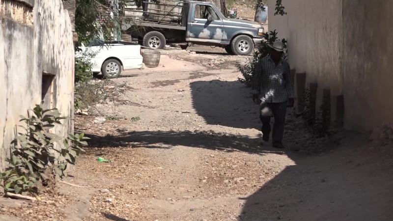 Viven en El Quemado, entre aguas negras y carencias de salud