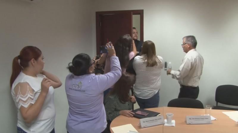 Huye diputado de la prensa para evadir preguntas sobre matrimonio igualitario